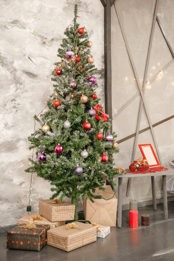 Sala decorada holidiay bonita com a árvore de Natal com presentes sob ela fotografia de stock royalty free