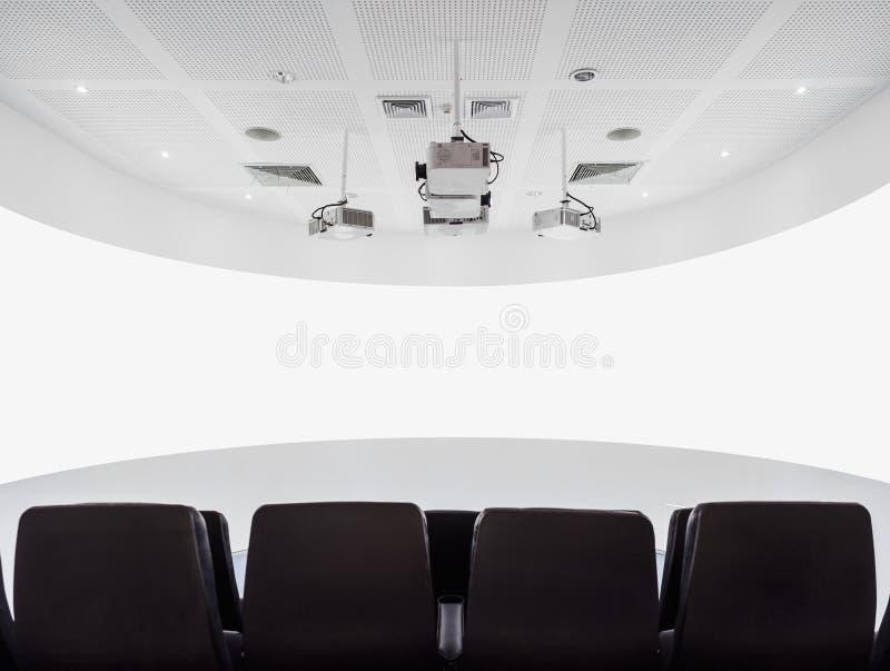Sala del proiettore dello schermo del teatro con i sedili nell'interno moderno immagini stock libere da diritti