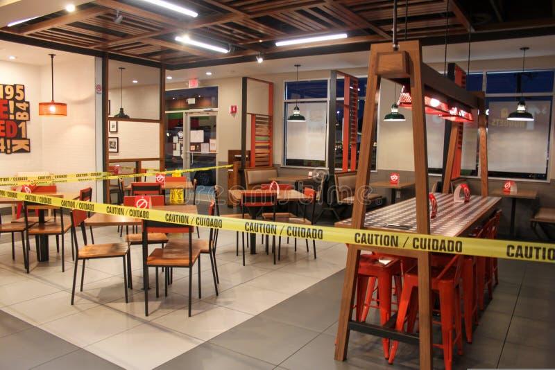 sala-del-restaurante-burger-king-cerrada-el-comedor-rey-de-hamburguesa-cerr%C3%B3-cierre-con-precauc