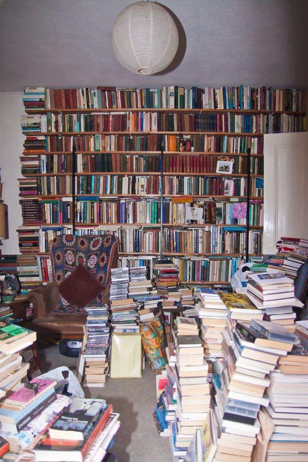 Sala desarrumado completamente dos livros imagem de stock royalty free