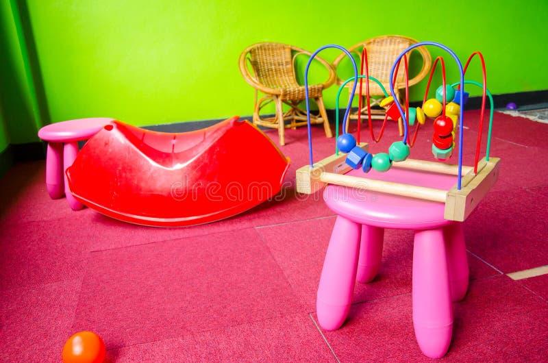 Sala desarrumado do jogo da criança fotografia de stock royalty free