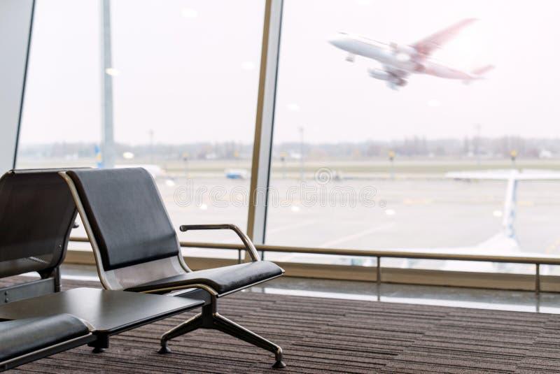 Sala di attesa all'aeroporto con una vista della pista fotografia stock