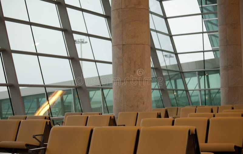 Sala di attesa con i sedili in aeroporto fotografie stock