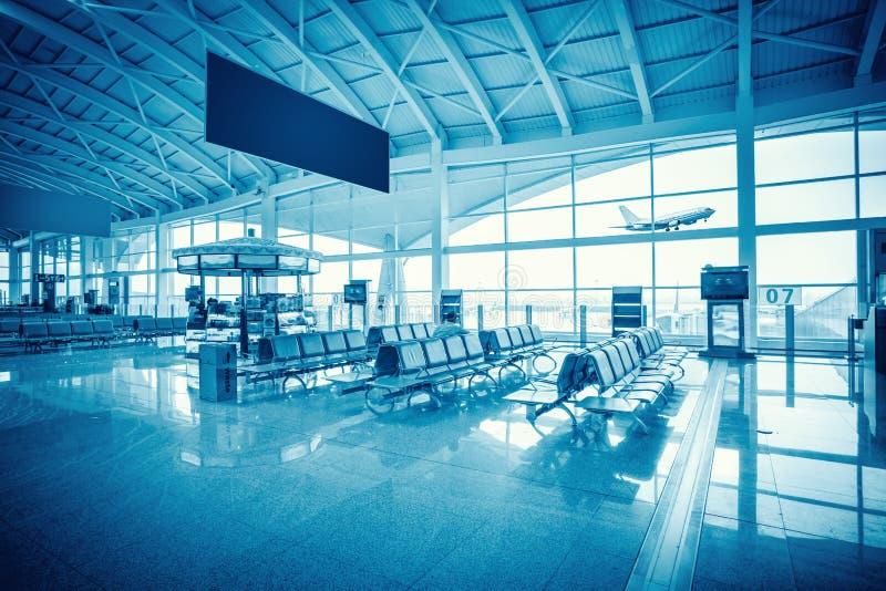 Sala di attesa moderna del terminale di aeroporto fotografie stock libere da diritti