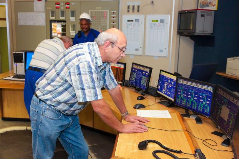 Sala di controllo della centrale elettrica di combustione del carbone fotografia stock libera da diritti