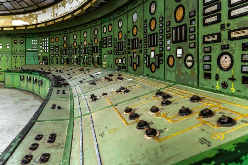 Sala di controllo illuminata di una centrale elettrica fotografia stock libera da diritti