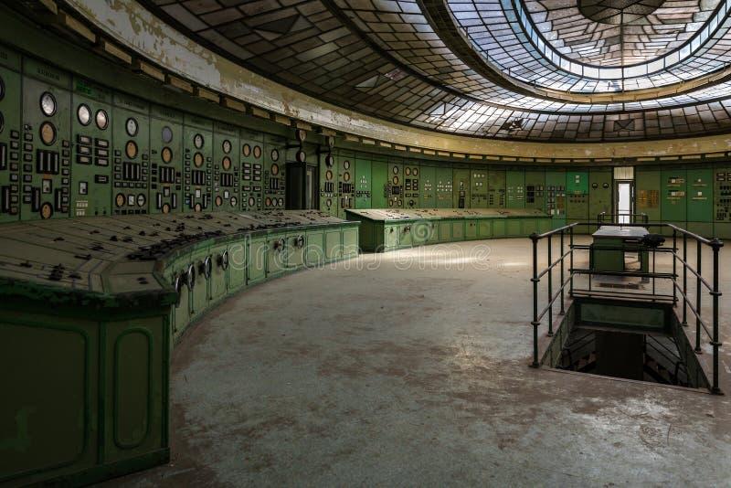 Sala di controllo illuminata di una centrale elettrica fotografie stock