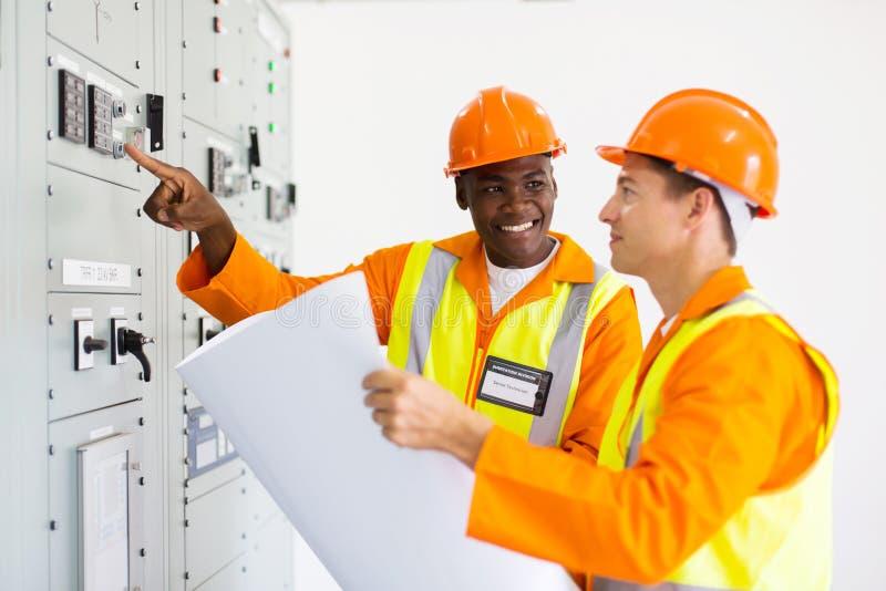 Sala di controllo industriale dei tecnici immagini stock libere da diritti