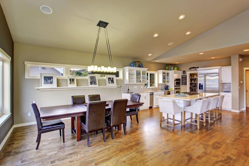 Sala dinning brilhante bonita imagens de stock royalty free