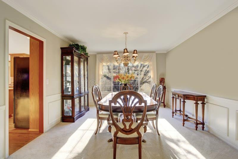 Sala dinning brilhante com tabela e cadeiras imagens de stock royalty free