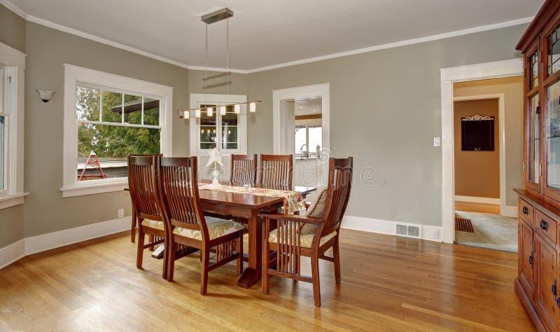 Sala dinning tradicional com assoalho de folhosa, e luz de suspensão imagens de stock