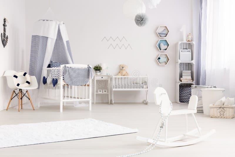 Sala do bebê com decoração náutica foto de stock royalty free