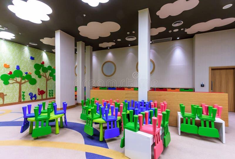 A sala do berçário do hotel de Marriott pode vangloriar-se de interior colorido à moda moderno e dá boas-vindas a crianças de ida imagens de stock royalty free