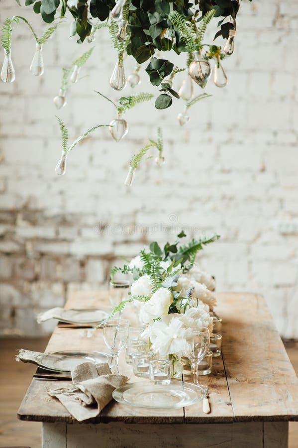 A sala do casamento decorou o estilo do sótão com uma tabela e os acessórios foto de stock