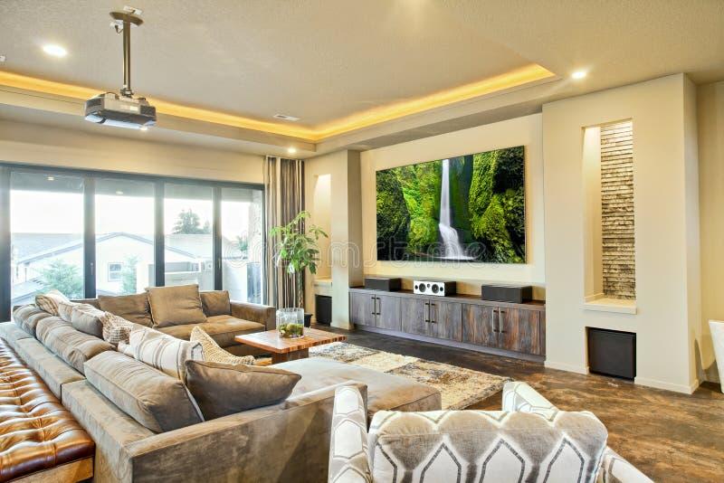 Sala bonita do home entertainment com tela de filme fotos de stock