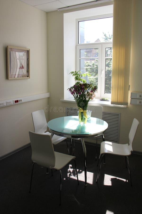 Sala do escritório com luz solar imagens de stock