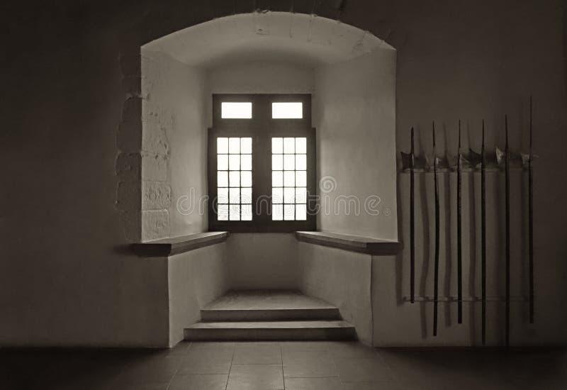 Sala do guerreiro no castelo com machados e janela da batalha fotos de stock royalty free
