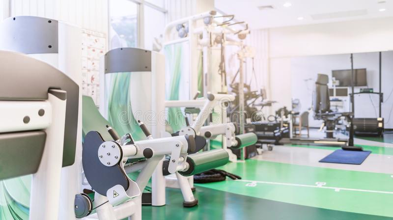 Sala do gym ou fundo interior moderno do fitness center imagens de stock royalty free