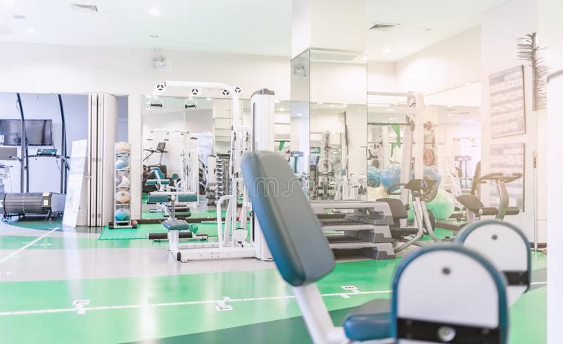 Sala do gym ou fundo interior moderno do fitness center imagem de stock