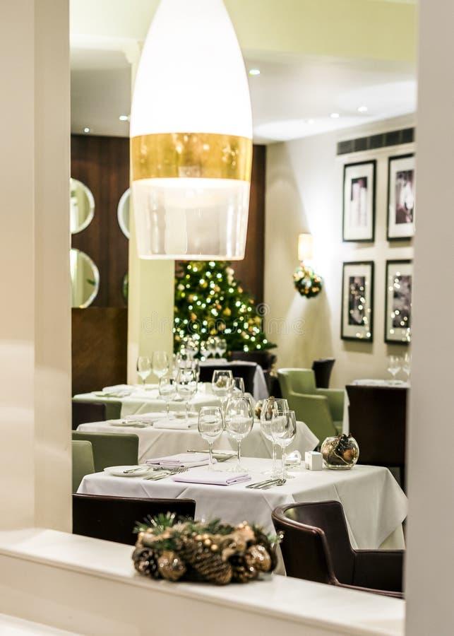 Sala do restaurante estabelecida para a refeição festiva de jantar fina fotografia de stock royalty free