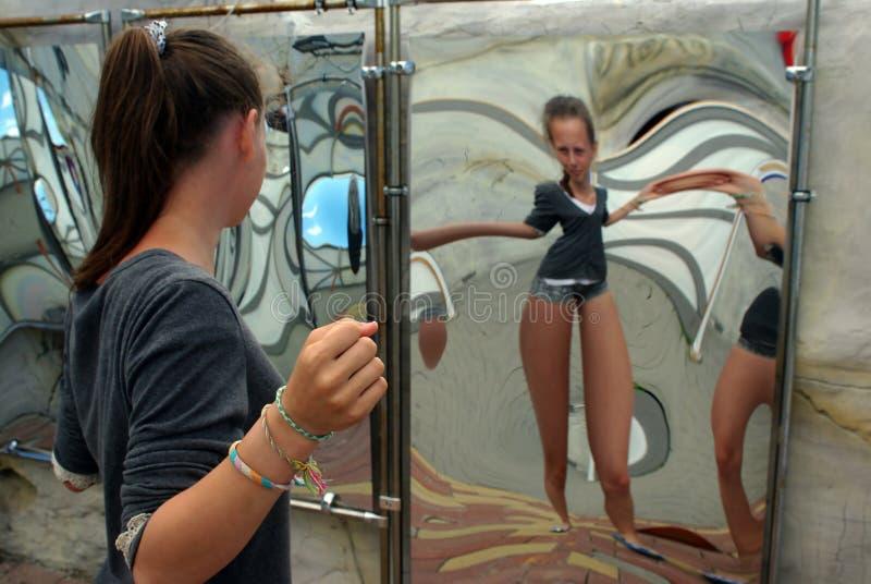 A sala do riso, espelho curvado fotografia de stock