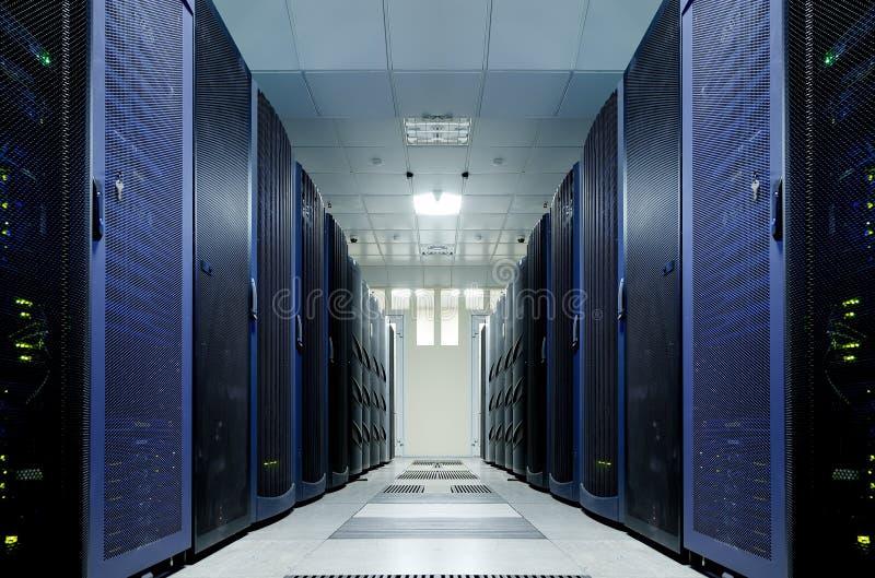 Sala do servidor com equipamento moderno no centro de dados fotos de stock