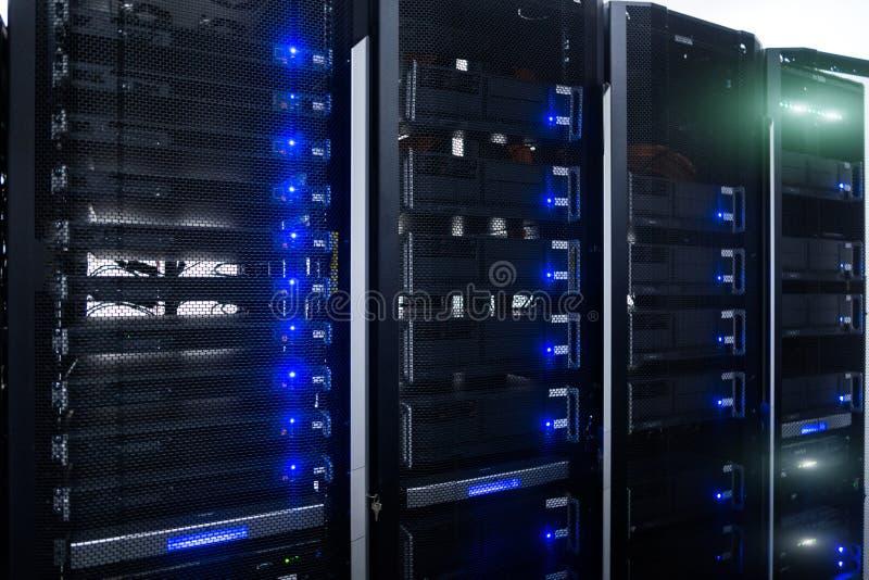 Sala do servidor no centro de dados completamente do equipamento de telecomunicação Rede da Web, tecnologia da telecomunicação do ilustração royalty free
