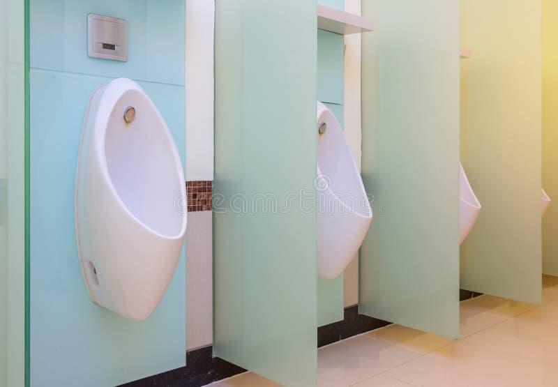 Sala do toalete público dos homens dos mictórios, wc imagem de stock