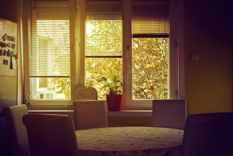 Sala e janela de Dinning imagem de stock