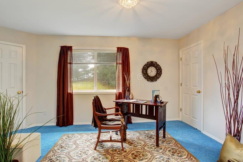 Sala elegante do escritório com janela e mesa fotos de stock