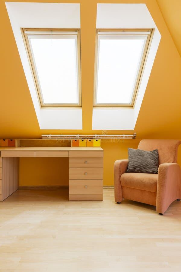 Sala em cores mornas com mesa fotografia de stock royalty free