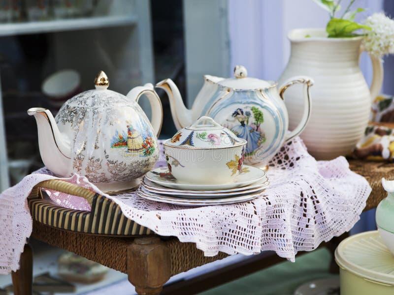 A sala embalada desarrumado completamente de objetos antigos gosta de utensílios, chá-potenciômetro fotos de stock