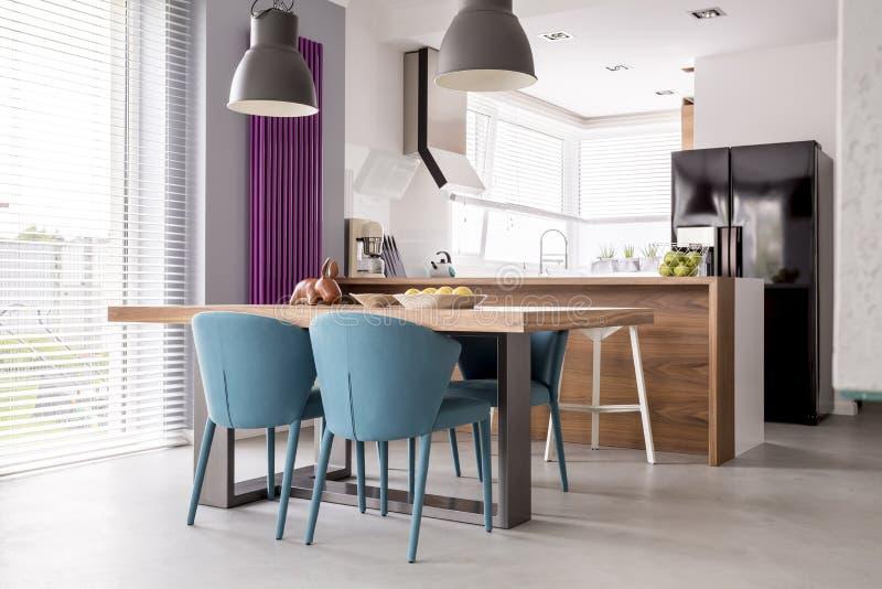Sala espaçoso com anexo da cozinha fotografia de stock royalty free