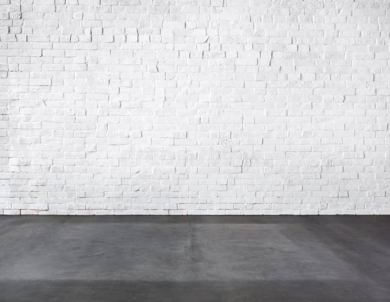 Sala feita da parede de tijolo e do assoalho concreto fotografia de stock