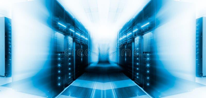 Sala futurista do servidor com equipamento moderno de uma comunicação e do servidor ilustração royalty free