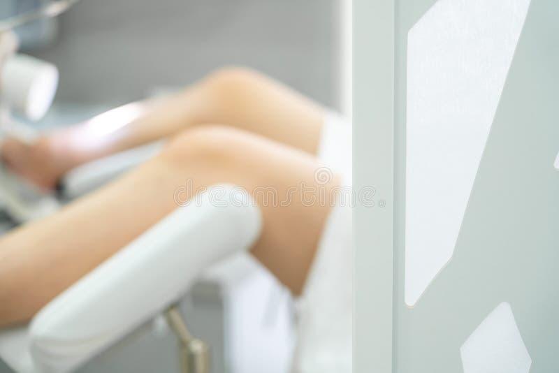 Sala ginekologiczna z krzesłem i wyposażeniem Nogi kobiet na krześle zdjęcia stock