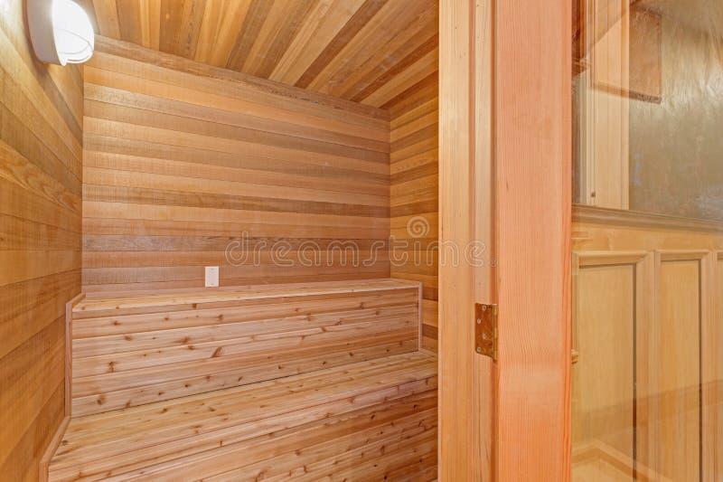 Sala home da sauna da mansão com bordadura da teca imagens de stock royalty free