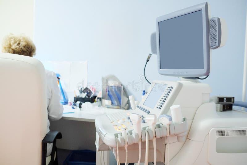 Sala interior com equipamento médico do diagnóstico do ultrassom imagens de stock royalty free