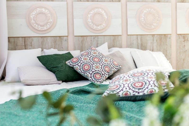 Sala interior com uma cama Projeto de conceito, renovação, alojamento, casa imagem de stock