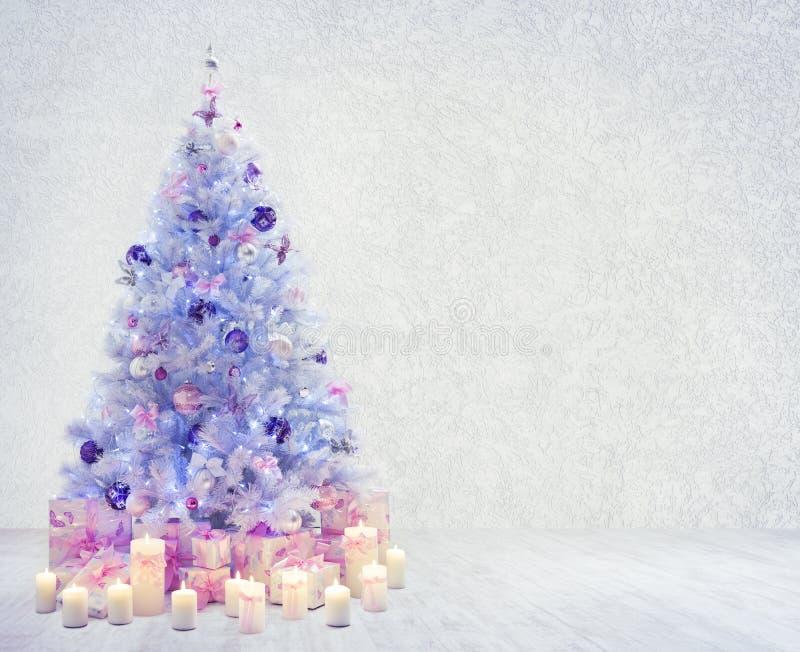 Sala interior da árvore de Natal, presentes brancos da parede do Xmas imagens de stock royalty free