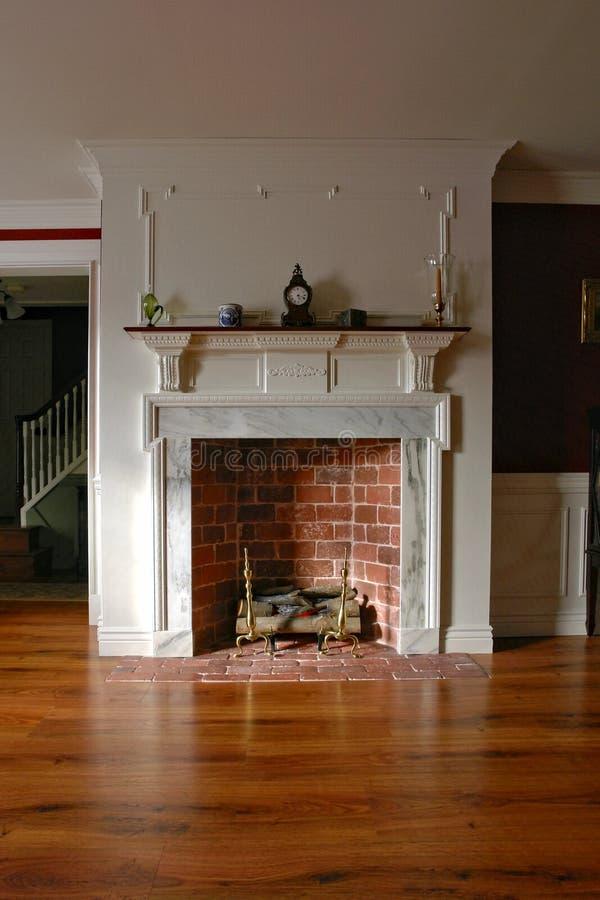 Sala interior del hogar colonial del estilo con la chimenea foto de archivo