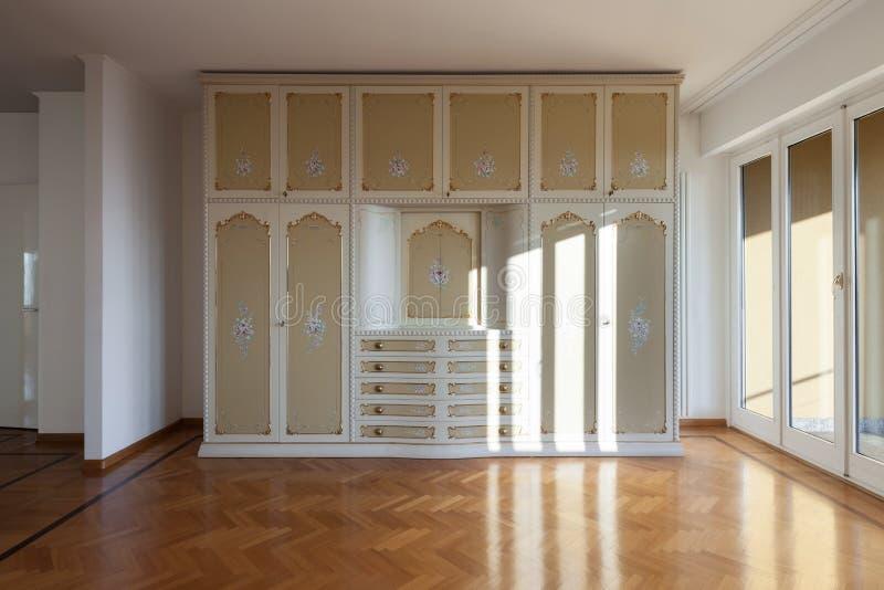 Sala interior, vazia com um armário do período foto de stock