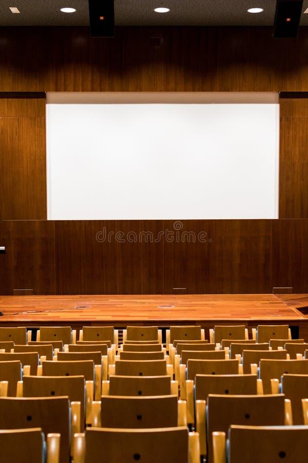 Sala konferencyjna z drewnianym miejsca siedzące, sceny i ampuły kina scre, zdjęcie royalty free