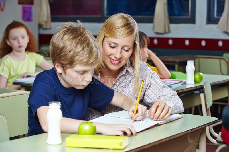 sala lekcyjna pomaga studenckiego nauczyciela zdjęcie royalty free