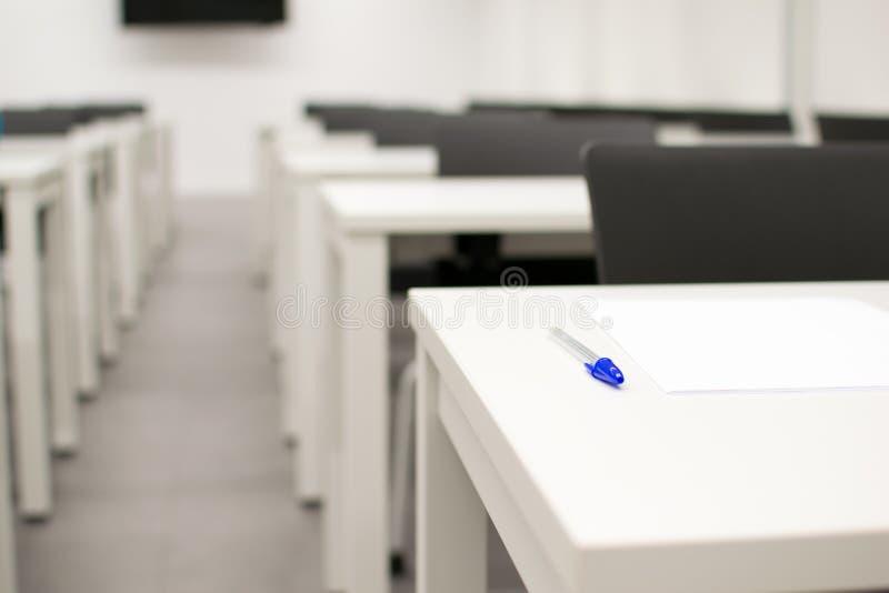 Sala lekcyjna pusta Szkoła średnia, uniwersyteta stół z piórem na wierzchołku lub biurko lub zdjęcie royalty free