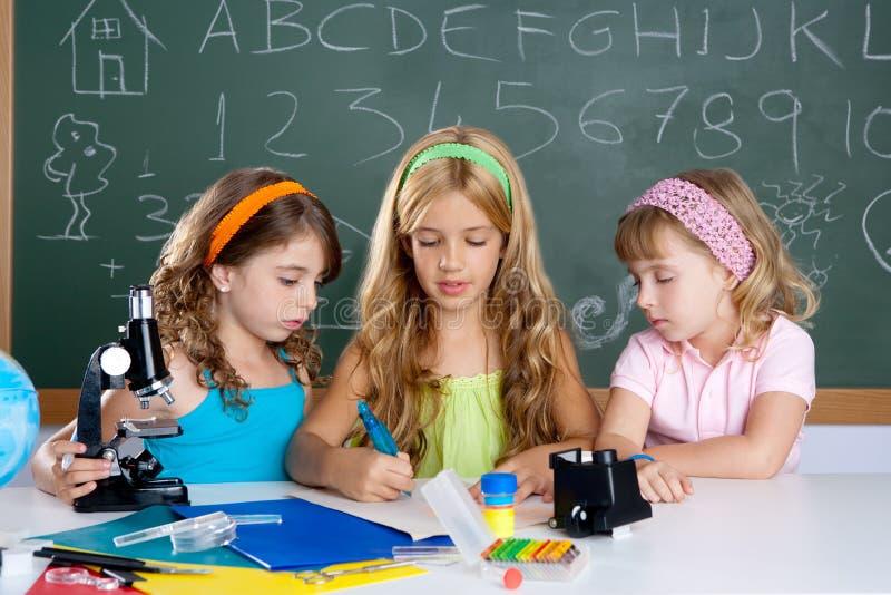 sala lekcyjnej dziewczyn grupowych dzieciaków szkolny uczeń zdjęcie royalty free