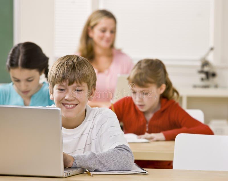 sala lekcyjnej laptopu studencki używać fotografia stock