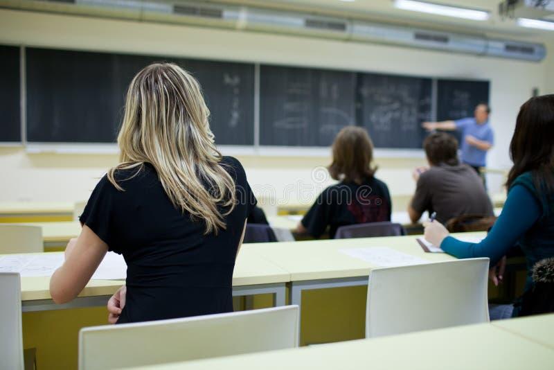 sala lekcyjnej szkoła wyższa żeński siedzący uczeń obrazy stock