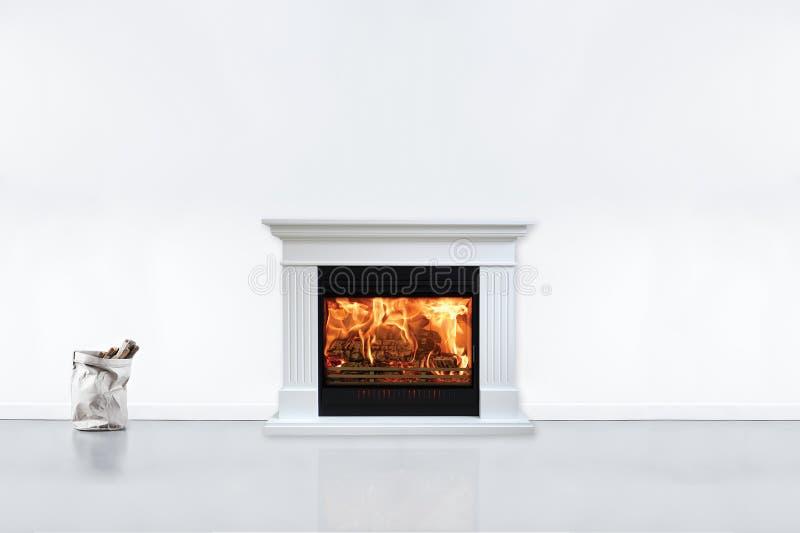 Sala liiving contemporânea moderna com chaminé Vista da chaminé na casa moderna, nova foto de stock
