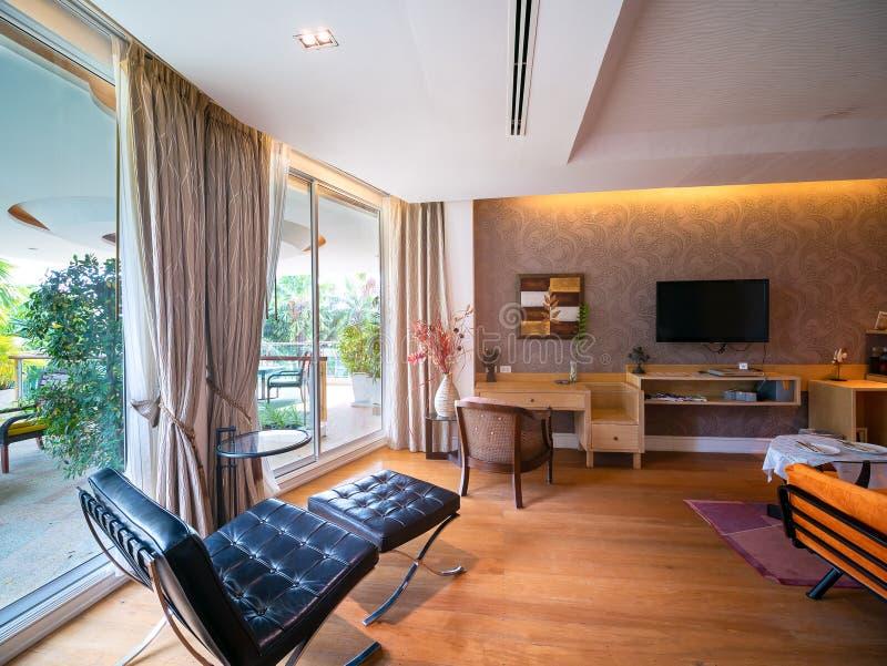 Sala luxuosa com com opinião de árvore fora, sala do recurso do hotel em Tailândia foto de stock royalty free